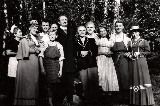 V roce 1957 vystupoval Burian se souborem divadla v Mladé Boleslavi. Na fotce úplně vlevo je herečka Marie Mottlová, která se proslavila až na stará kolena jako bábi Homolková.