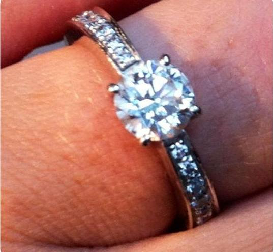 Detail zásnubního prstenu.