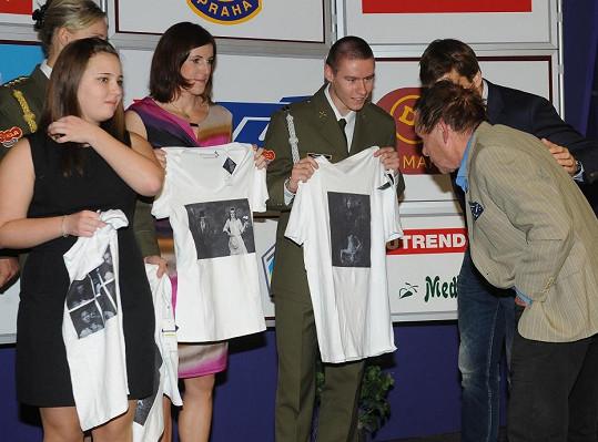 Jan Saudek studoval, jak se trička s potiskem jeho fotek povedla.