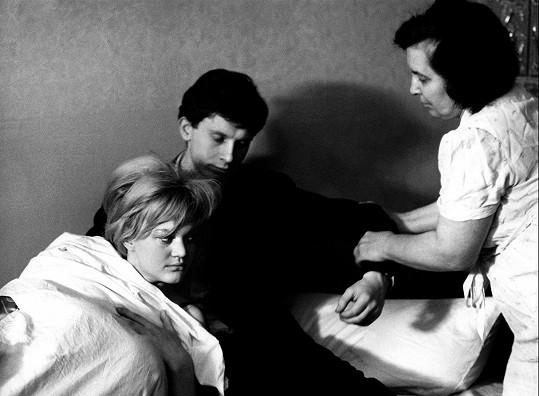 Hana Brejchová, Vladimír Pucholt a Milada Ježková (zleva) ve filmu Lásky jedné plavovlásky (1965)