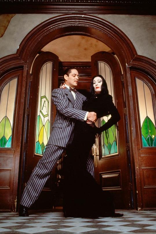 Ve filmové verzi v roli Morticie zářila Anjelica Huston, které sekundoval Raul Julia.