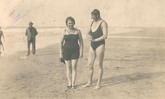 Vlasta Burian v době své velké slávy se svou milovanou ženou Ninou na jedné z dovolených u moře.