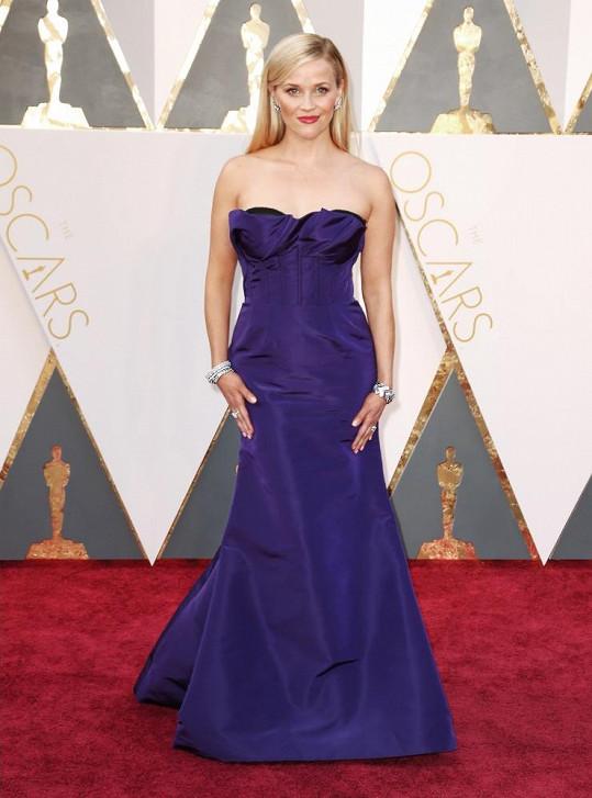Devětatřicetiletá herečka Reese Witherspoon oblékla korzetovou róbu Oscar de la Renta v barvě ametystu(která se nápadně podobala té, kterou oblékla kolegyně Tina Fey). Svůj vzhled doladila náušnicemi Tiffany & Co. s diamanty a náramkem stejné značky v přepočtu v hodnotě čtyřicet jedna milionů korun.
