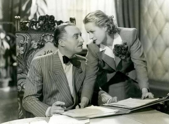 Nový měl stejně jako Burian podmínku, aby herci jeho divadla hráli v jeho filmech. Tady je s Eliškou ve filmu Dědečkem proti své vůli (1939).