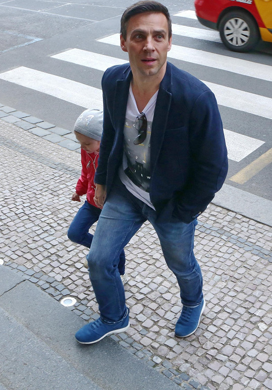Roman Vojtek zamířil s dcerou na tiskovou konferenci.