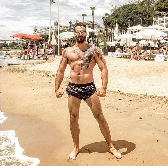 Václav Noid Bárta si užívá dovolenou v jižní Francii. Tady zapózoval na pláži v Cannes.
