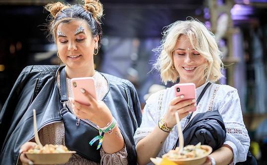 Blogerky se nemohou najíst, aniž by si vyfotily jídlo.