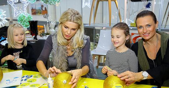 S Romanou Vítovou a její dcerou při výrobě vánočních ozdob