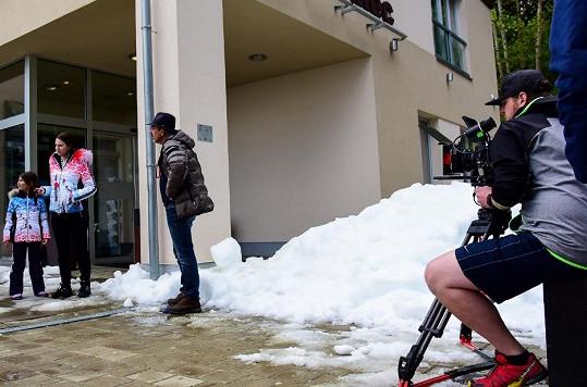 """Sníh na zimní scény před hotelem si filmaři """"vypůjčili"""" na sjezdovkách."""