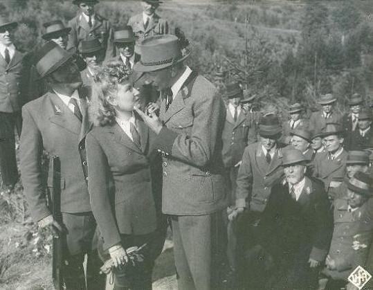 Sport musel se stoupající popularitou časem ustoupit divadlu a filmu. Burian se Zorkou Janů ve filmu Baron Prášil (1940).