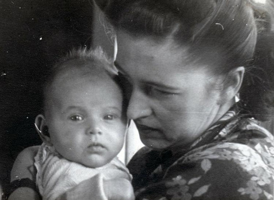 Malá Petra s maminkou.