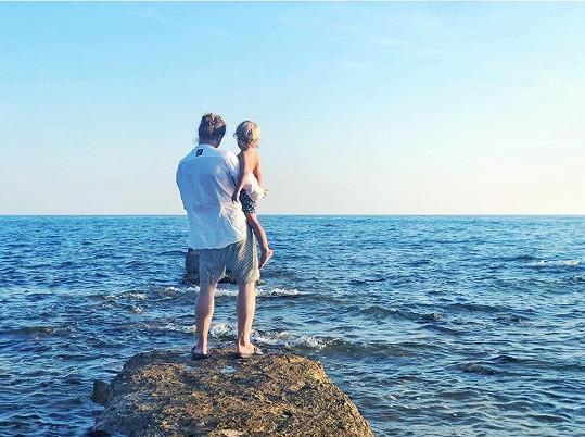 Tamara Klusová tráví dovolenou u moře s Tomášem i dětmi.
