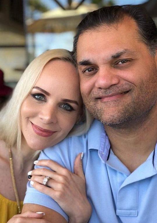 Zpěvačka, která si v Americe říká Yanna, se snoubencem Dinem.