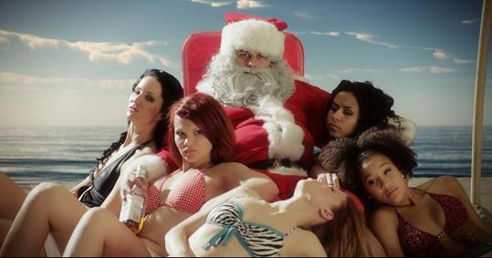 Zhýralý Santa Claus obklopený na pláži polonahými dívkami