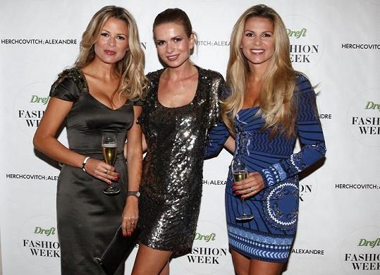 Dvojčata Kristýna a Tereza pózují se spoluorganizátorkou Dreft Fashion Weeku Bárou Bergovou, se kterou je pojí letité přátelství. V zákulisí se tomuto trojlístku přezdívá blonďatá trojčata.