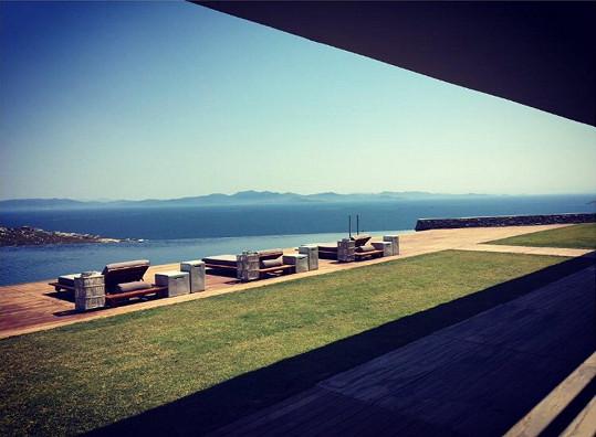 Takový pohled měli svatební hosté z luxusního resortu. Snímek sdílela Karolína Kurková.