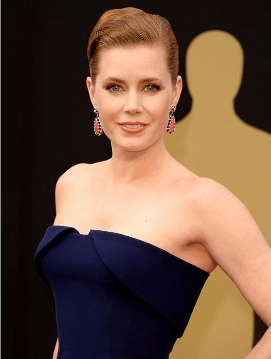 Amy se neozdobila náhrdelníkem, jak by se dalo předpokládat, ale zvolila výrazné visací náušnice, prsteny a náramek od Tiffanyho.