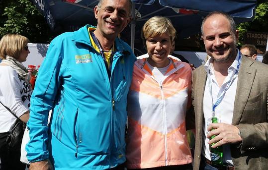 Kateřina Neumannová s organizátorem maratonu Carlem Capalbem a partnerem závodu Alessandrem Pasqualem.