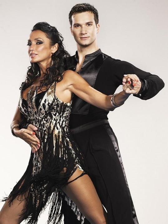 Sisa se svým tanečním partnerem Omarem v Let's Dance.