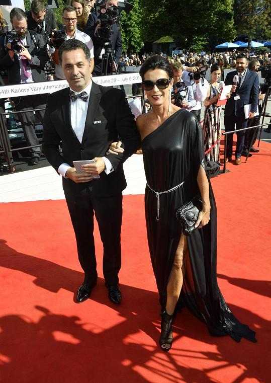 Martin Dejdar s manželkou Danielou na červeném koberci před hotelem Thermal