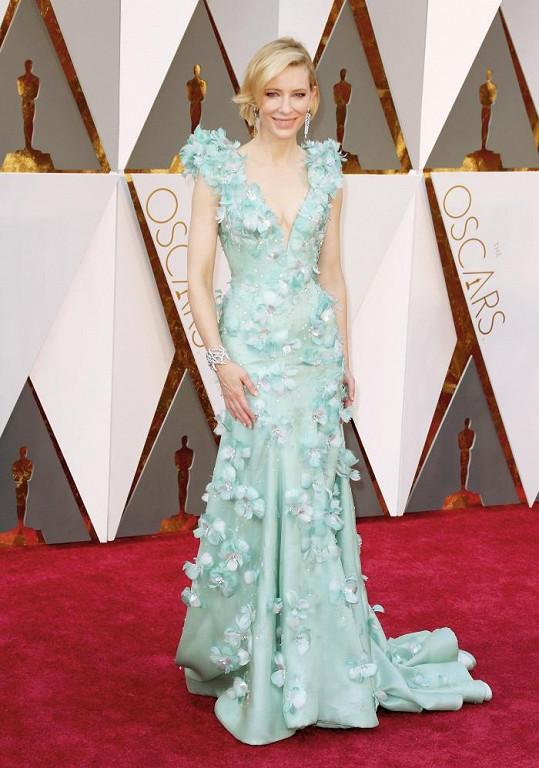 Díky róbě Armani Privé působila Cate Blanchett jako zahalená v mořské pěně. Herečka doladila svůj vzhled šperky Tiffany & Co. z Tiffany Blue Book kolekce v hodnotě deseti miliónů korun. Set byl složený z kaskádových platinových náušnic, náramku a prstenu s 2,5 karátovým kulatým diamantem.