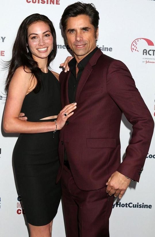 John Stamos s manželkou Caitlin McHugh.