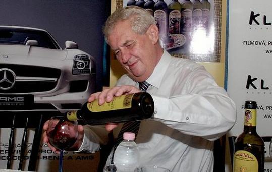 To je pohled! Zeman opět ukázal svou lásku k alkoholu.