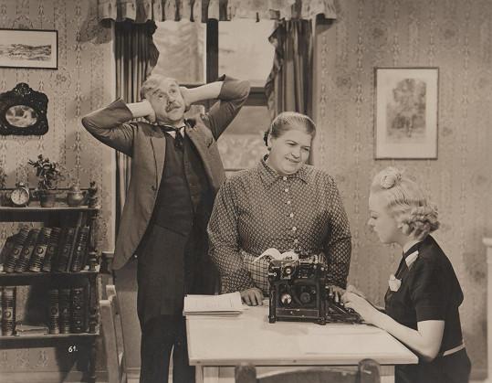 Antonie Nedošinská (uprostřed) ve filmu Dědečkem proti své vůli (1939)