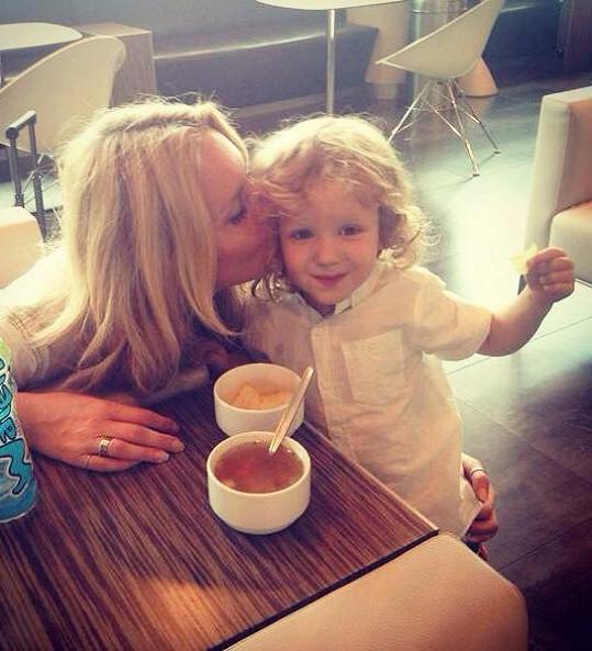 Maxík s maminkou ve VIP salonku před odletem