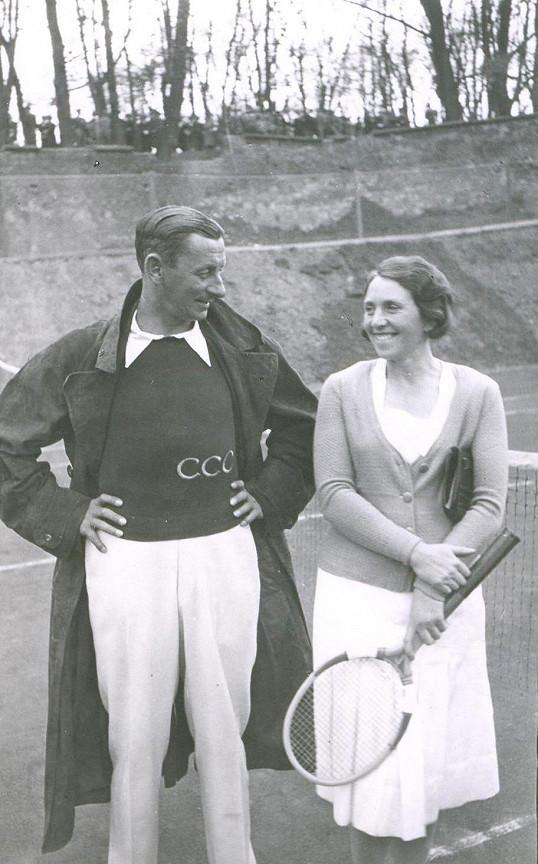 Zlatá třicátá léta. Vlasta Burian s tehdy velmi populární tenistkou Rubeškovou.
