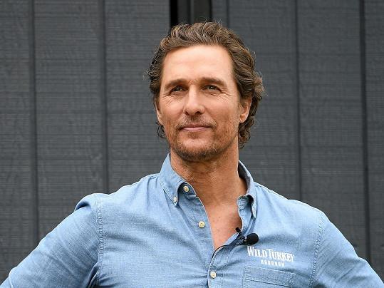 Matthew McConaughey sfoukl svíčky na dortu 4. listopadu.