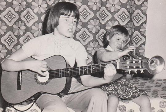První hudební produkce probíhaly s kytarou a před rodinným publikem. Malá Karya vlevo.