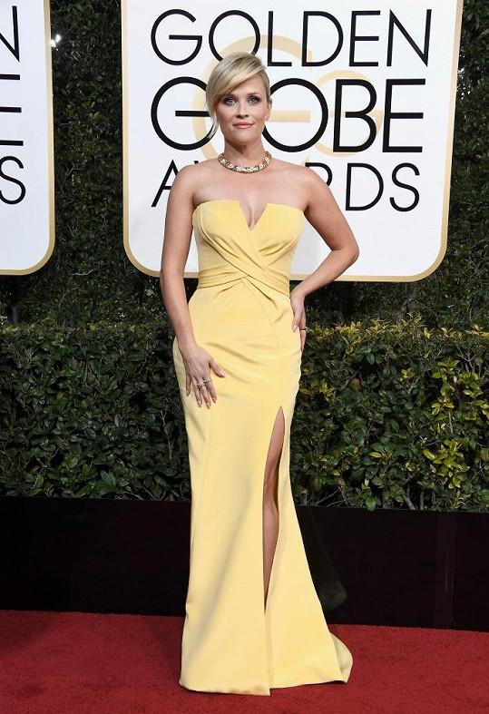 Blondýnkám prý nesluší žlutá. V ateliéru Versace oblékli Reese Witherspoon do šatů v barvě citronových pusinek. Barva překvapivě skvěle ladila se žlutým zlatem šperků Tiffany & Co.. Všimněte si také zajímavé iluze přepásání v živůtku.