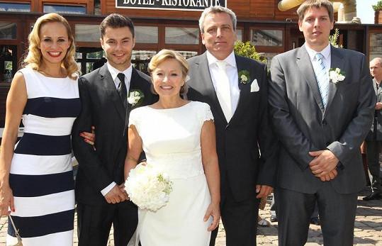 Svatební foto. Po boku Moniky stojí její bratr.