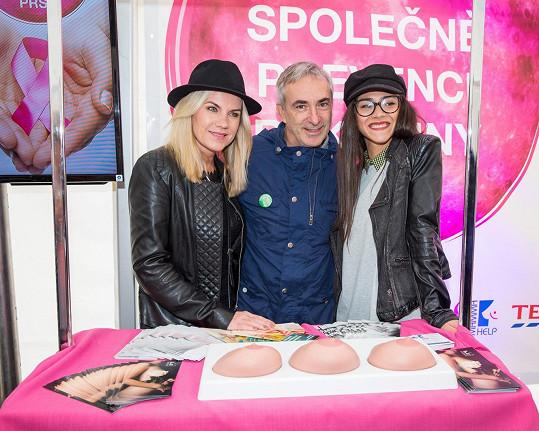 Díky akci Měsíc v růžové zpěvačka Leona Machálková a herečka Eva Burešová už moc dobře ví, jak provést samovyšetření prsu.