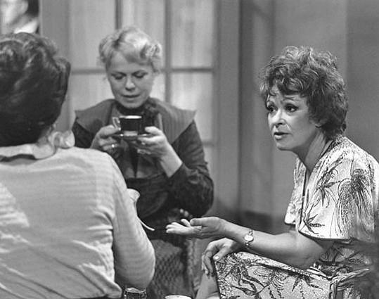 Iva a Jiřina se potkaly také v komedii Začalo to karafiátem (1981).