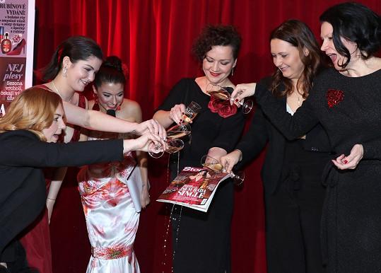 Samotný akt křtu magazínu s Celeste Buckingham na titulu.
