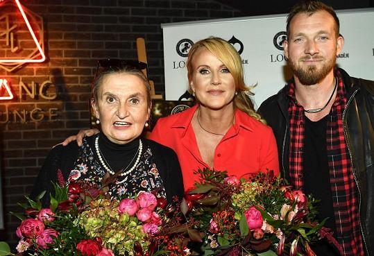 Eva se přátelí s Vendulou Pizingerovou a jejím mužem Josefem.