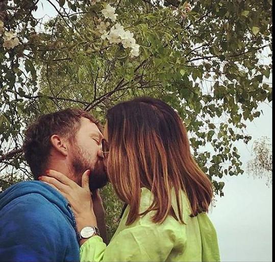 Májový polibek Lucie Křížkové a jejího muže Davida