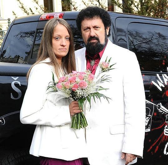 Dvojník měl loni svatbu s o 33 let mladší partnerkou.