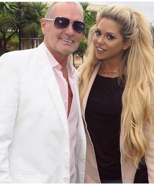 Bianca se svým adoptivním otcem Paulem Gascoignem