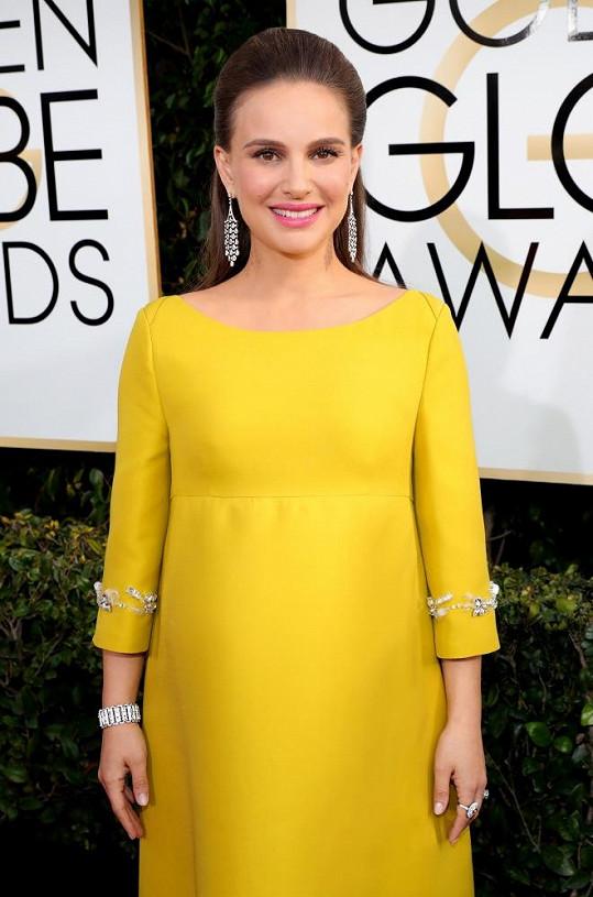 Herečka dokonce svým stylem připomněla postavu Jackie Kennedy, kterou si nedávno zahrála. Všimněte si, jak dokonale ladí štrasové aplikace na šatech s diamantovým setem z platiny Tiffany & Co. v hodnotě přesahující šest miliónů korun.