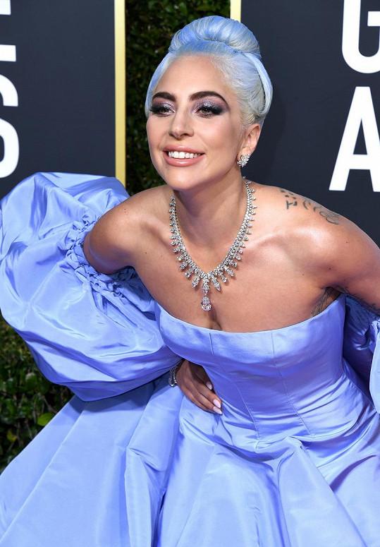 Lady Gaga na sobě měla oslňující náhrdelník Tiffany Aurora, který pro ni speciálně vytvořili šperkařští mistři Tiffany & Co. z více než 300 diamantů s centrálním dvacetikarátovým diamantem.