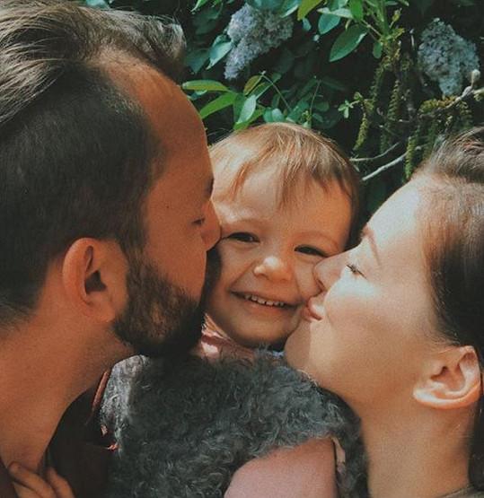 Navzdory tomu, že jejich vztah ztroskotal, zůstali milujícími rodiči dcerky Rozárky.