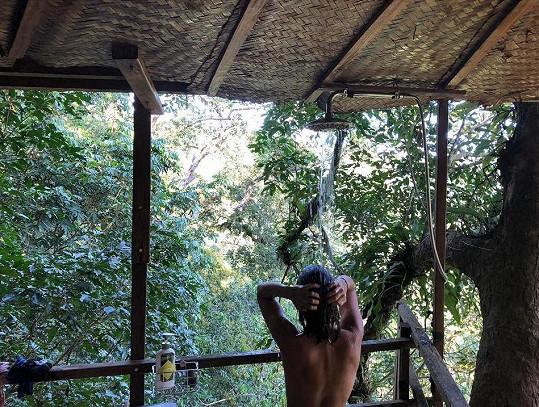 Ve stromových chatrčích si herečka žádný luxus a pohodlí neužije. S fanoušky se podělila o fotku, na níž se myje pod provizorní sprchou.