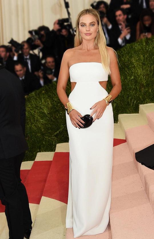 Na rozdíl od úchvatných a komplikovaných rób sáhla Margot Robbie po minimalistických šatech Calvin Klein.