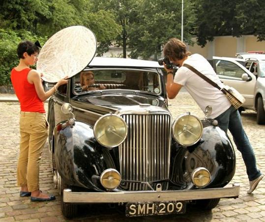 Daniel Zahrádka fotil Evu Sakálovou v Jaguaru, jehož prvním majitelem byl Winston Churchill.