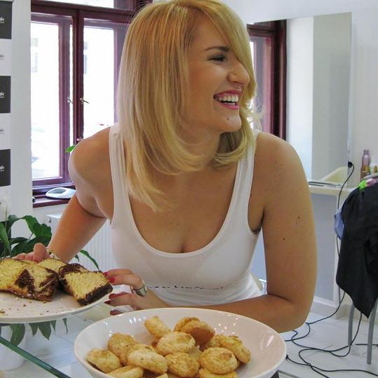 Lenka velmi ráda jí.