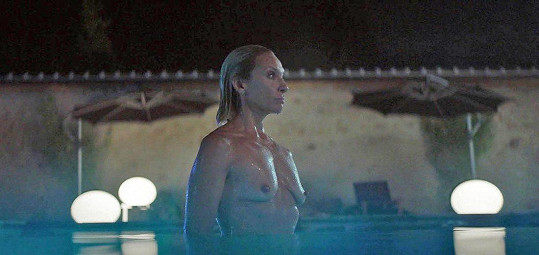 Toni Collette ukázala prsa.