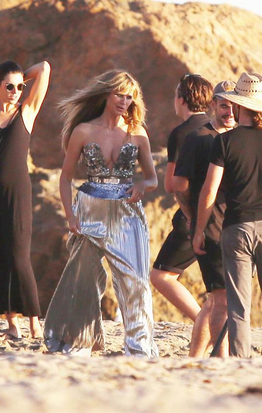 Heidi Klum na sobě měla stříbrný model s hlubokým výstřihem.